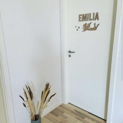 Liggende fe og Emilia egetræsbogstaver på dør