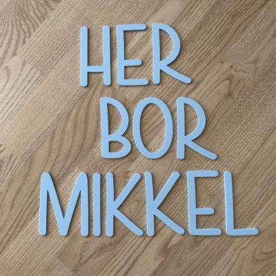 Lyseblå akryl bogstaver silkemat - dansk design