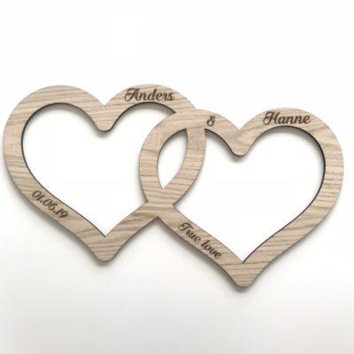 Dobbelt hjerte skilt med graveret tekst - bryllup