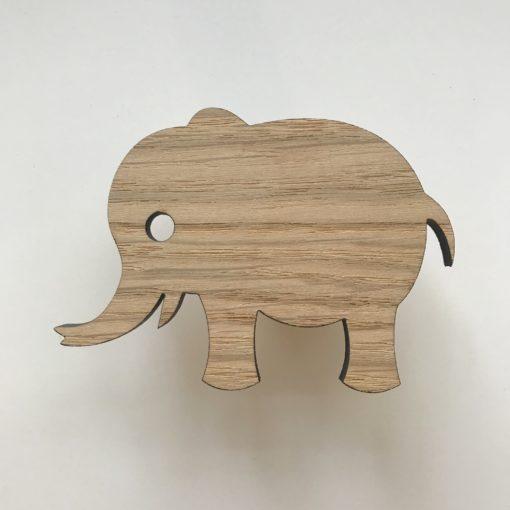 Elefant greb i egetræsfiner til børneværelset