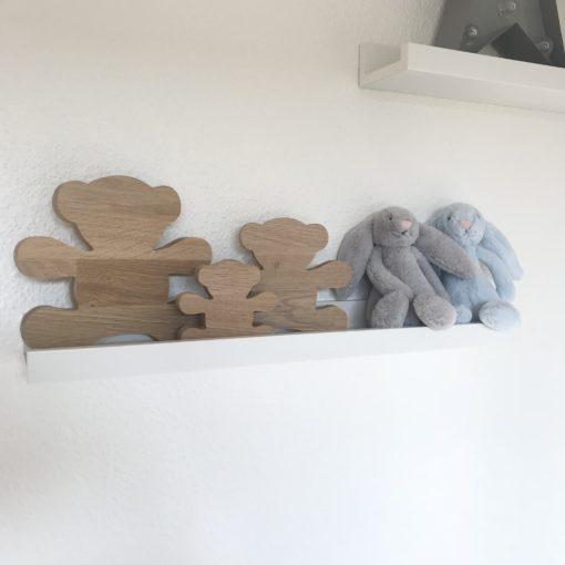 Egetræs bamser på hylde i børneværelse