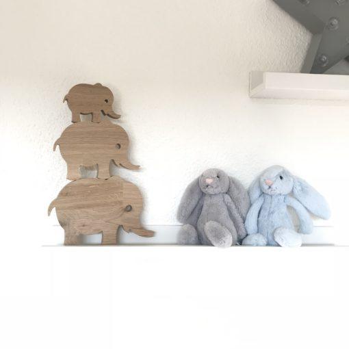 Elefant familie i træ på hylde i børneværelse