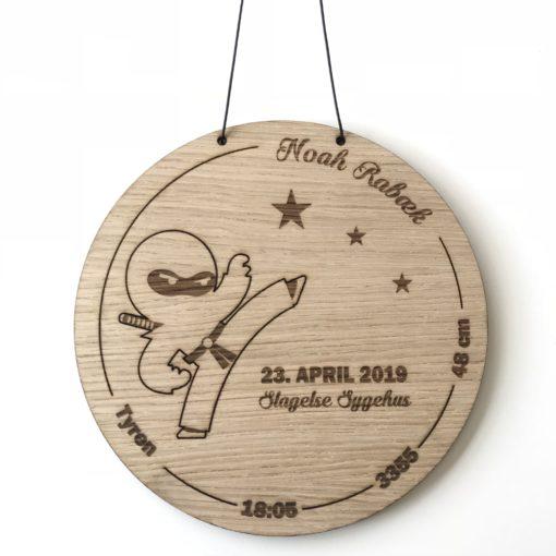 Baby fødselstavle med ninja i egetræsfiner