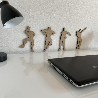 Gamer danse figurer på væg ved skrivebord