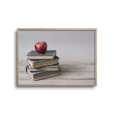 plakat af bøger stablet med æble på toppen
