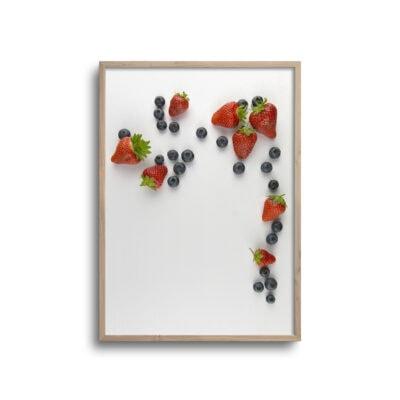 flatlay plakat af jordbær og blåbær