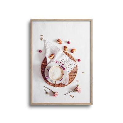 flatlay plakat med kaffe og kagekrummer