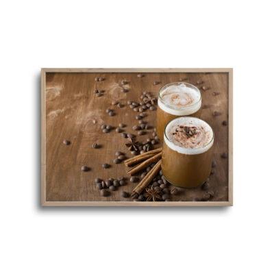 plakat med kaffedrik og kaffebønner på et bord