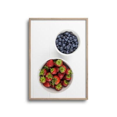 flatlay plakat med jordbær og blåbær