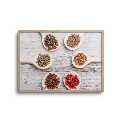 plakat med krydderier på træskeer