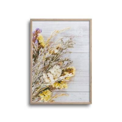 flatlay plakat af blomster der ligger på et bord