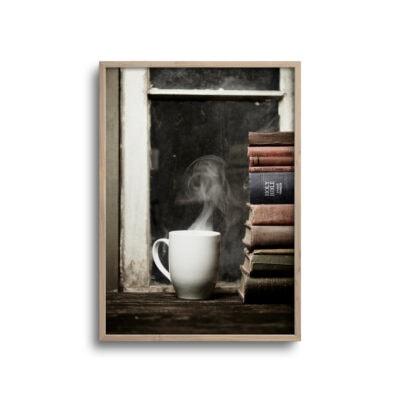 plakat af kaffe og bøger på et gammelt træbord