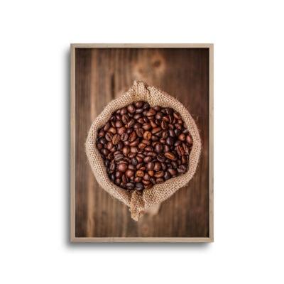 flatlay plakat af kaffebønner i brun rustik pose