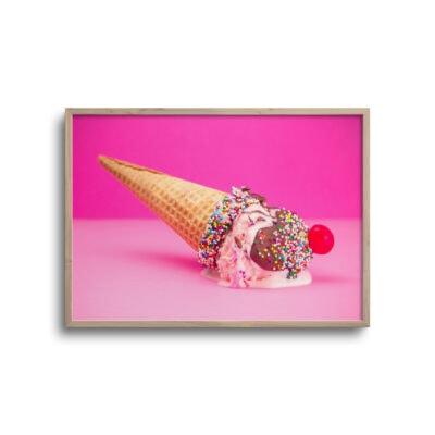 plakat af isvaffel på lysserød baggrund
