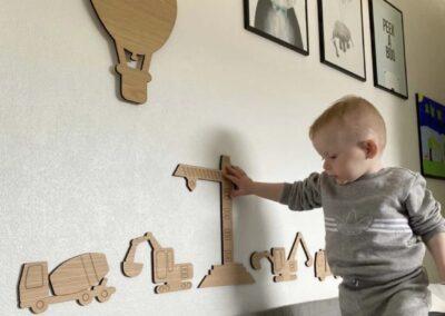 Byggekran på hvid væg - baby