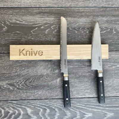 Knivmagnet i eg - teksten Knive direkte i træet