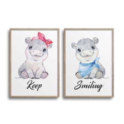 Sæt af 2 plakater med flodheste og citatet Keep Smiling på en hvid væg