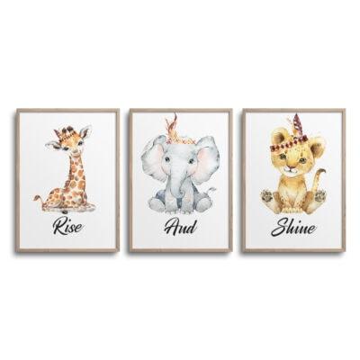 Sæt af 3 plakater med giraf, elefant og løve og citatet Rise And Shine på en hvid væg