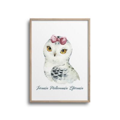 Pige ugle med pink pandebånd og navn på plakat