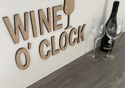 Wine o clock bogstaver og vinglas i egetræ